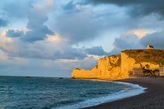Spiaggia di Etretat nel normandie Francia Fotografie Stock Libere da Diritti