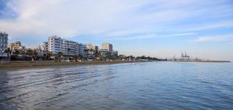 Spiaggia di Finikoudes, Cipro Il cielo blu e si rannuvola la città di Larnaca per fondo Spazio, insegna Fotografia Stock
