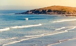 Spiaggia di Fistral il giorno soleggiato di autunno in Cornovaglia fotografie stock libere da diritti