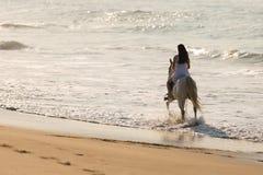 Spiaggia di giro del cavallo di signora Fotografia Stock