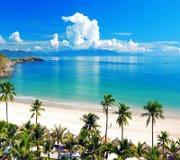 Spiaggia di Hawaian, Trenquality ed acqua di mare blu Immagini Stock