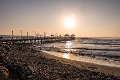 Spiaggia di Huanchaco e pilastro - Trujillo, Perù fotografie stock