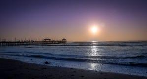 Spiaggia di Huanchaco e pilastro - Trujillo, Perù immagini stock libere da diritti