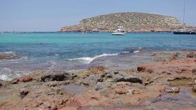 Spiaggia di Ibiza di conta di Cala, spiaggia di ibiza con le barche video d archivio