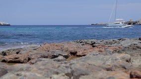 Spiaggia di Ibiza di conta di Cala, spiaggia di ibiza con le barche stock footage
