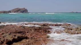 Spiaggia di Ibiza di conta di Cala, la gente che bagna nelle spiagge del ibiza archivi video