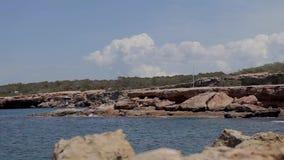 Spiaggia di Ibiza di conta di Cala, la gente che bagna nelle spiagge del ibiza video d archivio