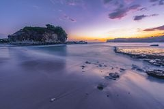 Spiaggia di Klayar vicino a Pacitan, East Java, nel tramonto fotografia stock