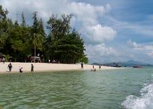 Spiaggia di Langkawi con acqua e la gente immagini stock