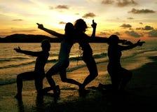 Spiaggia di Langkawi. Posizione delle ragazze Fotografia Stock Libera da Diritti