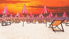 Spiaggia di legno della sedia dal mare con il fondo oscuro del cielo immagine stock libera da diritti