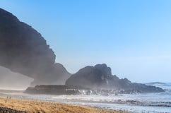 Spiaggia di Legzira Arco rosso sulla costa dell'Oceano Atlantico nel Marocco Bello litorale oceanico Fotografia Stock Libera da Diritti