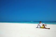 Spiaggia di libertà distendasi Riuscito uomo bello in cappello che riposa sopra Fotografie Stock