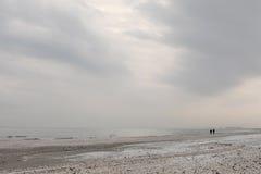 Spiaggia di Mar Nero di inverno nel paesaggio del cielo di inverno Fotografia Stock
