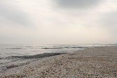 Spiaggia di Mar Nero di inverno nel paesaggio del cielo di inverno Immagine Stock Libera da Diritti