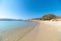 Spiaggia di Marcello - isola di Cicladi - Paroikia marino egeo Pariki fotografia stock