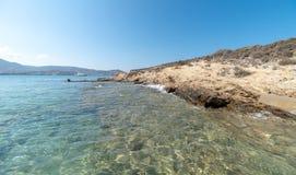 Spiaggia di Marcello - isola di Cicladi - Paroikia marino egeo Pariki fotografia stock libera da diritti