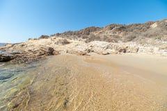 Spiaggia di Marcello - isola di Cicladi - Paroikia marino egeo Pariki fotografie stock libere da diritti