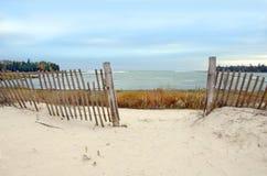 Spiaggia di Michigan di lago con la rete fissa Immagini Stock
