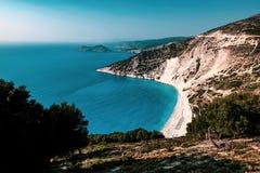 Spiaggia di Myrtos ed il Mediterraneo in Kefalonia, Grecia immagine stock libera da diritti