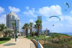 Spiaggia di Netania Vedi gli alianti nel cielo fotografia stock libera da diritti