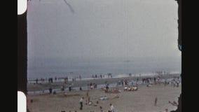 Spiaggia di Noordwijk negli anni '50 stock footage