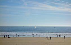 Spiaggia di Olonne del ` dei neri-d di Les con le barche a vela Fotografie Stock Libere da Diritti