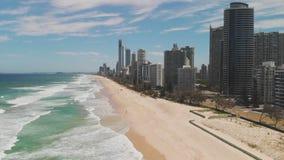 Spiaggia di Paradise dei surfisti dalla prospettiva aerea del fuco, Gold Coast, Queensland, Australia stock footage