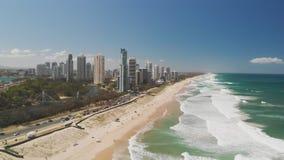 Spiaggia di Paradise dei surfisti dalla prospettiva aerea del fuco, Gold Coast, Queensland, Australia video d archivio