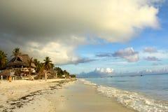 Spiaggia di Paradise in litorale esotico di Zanzibar fotografia stock libera da diritti