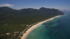 Spiaggia di paradiso, bella spiaggia, spiagge meravigliose intorno al mondo, spiaggia di Grumari, Rio de Janeiro, Brasile, Sudame immagine stock libera da diritti