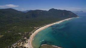 Spiaggia di paradiso, bella spiaggia, spiagge meravigliose intorno al mondo, spiaggia di Grumari, Rio de Janeiro, Brasile, Sudame fotografie stock libere da diritti
