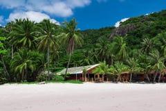 Spiaggia di paradiso con i bungalow e le montagne Fotografie Stock