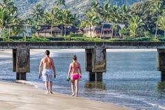 Spiaggia di passeggiata delle giovani coppie, Kauai, Hawai fotografia stock