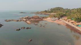 Spiaggia di Pathem di bellezza sui precedenti delle palme Paesaggio di vista aerea Stato di Goa in India video d archivio