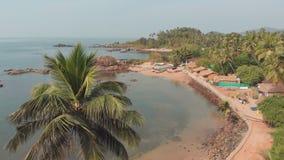 Spiaggia di Pathem di bellezza sui precedenti delle palme Paesaggio di vista aerea Stato di Goa in India stock footage