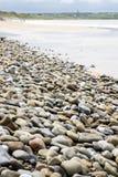 Spiaggia di Pebbled accanto al campo da golf di collegamenti Fotografia Stock