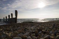 Spiaggia di Pebbled al tramonto Fotografia Stock
