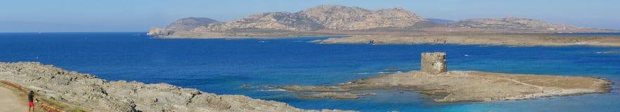 Spiaggia di Pelosa della La in Sardegna, Italia - panorama Immagini Stock