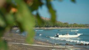 Spiaggia di Pemuteran con le barche e le colline stock footage