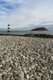 Spiaggia di Penmon, Anglesey, Galles. Isola del puffino e del faro. Immagini Stock