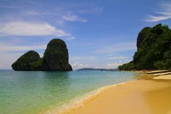 Spiaggia di Phranang sulla baia railay - Krabi - Tailandia Immagine Stock