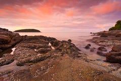 Spiaggia di Phuket ad alba con le rocce interessanti in priorità alta Fotografie Stock