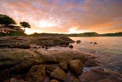 Spiaggia di Phuket ad alba con le rocce interessanti in priorità alta Immagine Stock Libera da Diritti