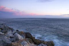 Spiaggia di pietra in Almunecar, Andalusia Immagini Stock