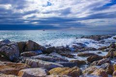 Spiaggia di pietra in Almunecar, Andalusia, Spagna Immagini Stock