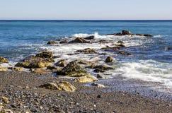 Spiaggia di pietra in Almunecar, Spagna Fotografia Stock