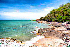 Spiaggia di pietra con cielo blu piacevole Immagine Stock