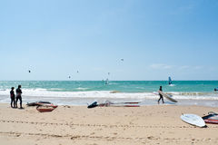 Spiaggia di Rota e surfisti dell'aquilone, Andalusia, Spagna Immagine Stock Libera da Diritti