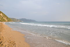 Spiaggia di sabbia al tramonto - Corfù, Isole Ionie, isole greche, mar Mediterraneo, Grecia, Europa Fotografia Stock Libera da Diritti